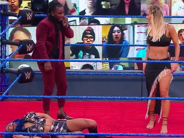 Carmella volvió a Romper una botella de Champán en Sasha Banks