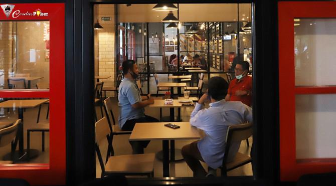 5 Cara Aman Versi Dokter Tak Tertular Covid-19 saat Makan di Restoran