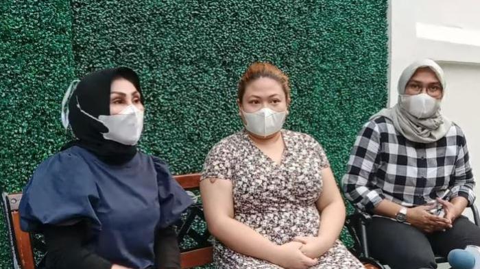 Anak Nia Daniaty, Olivia Nathania (tengah) saat memberikan klarifikasi terkait kasus penipuan CPNS yang menjeratnya.