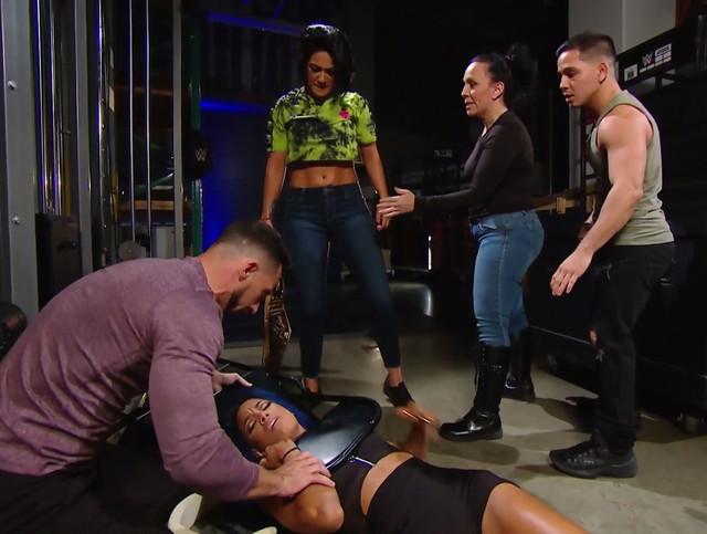 Bayley ataca a Sasha Bank nuevamente