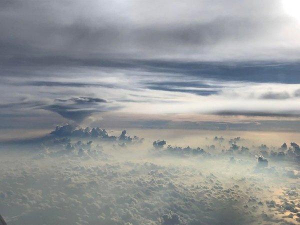 Облака за окном самолета