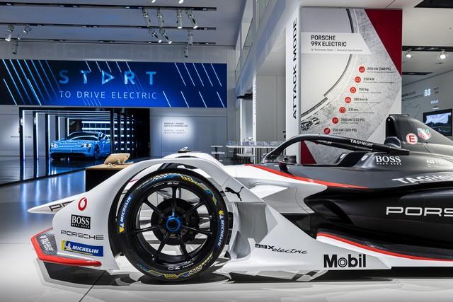 Porsche inaugure l'exposition « Porsche - Pionnier de la mobilité électrique» à Berlin  S20-3096-fine