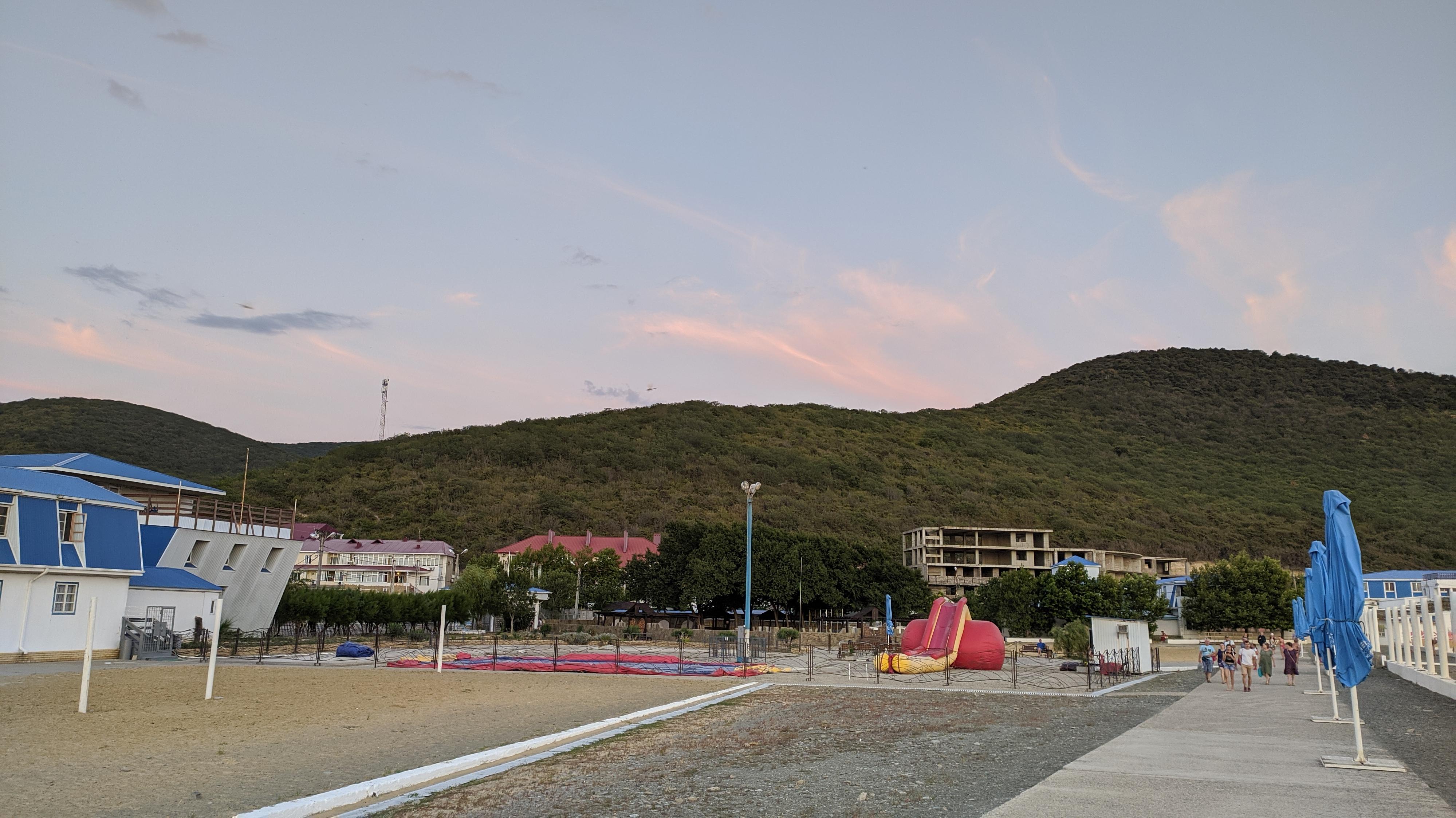 пляж сукко. вид на горы