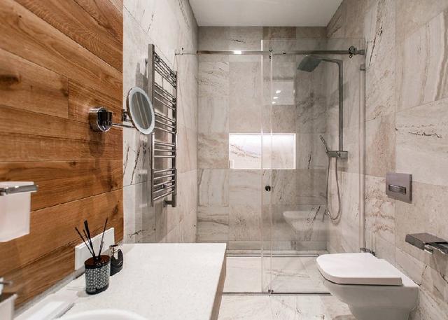 Совмещение камня и дерева в ванной комнате