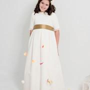 Claudia-con-su-vestido-de-otoma-n-en-color-natural-y-lazada-de-seda-salvaje-color-cobre