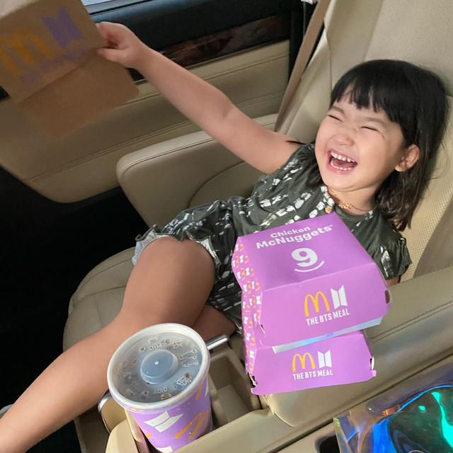 Putri Alice Norin, dengan paket BTS Meal.