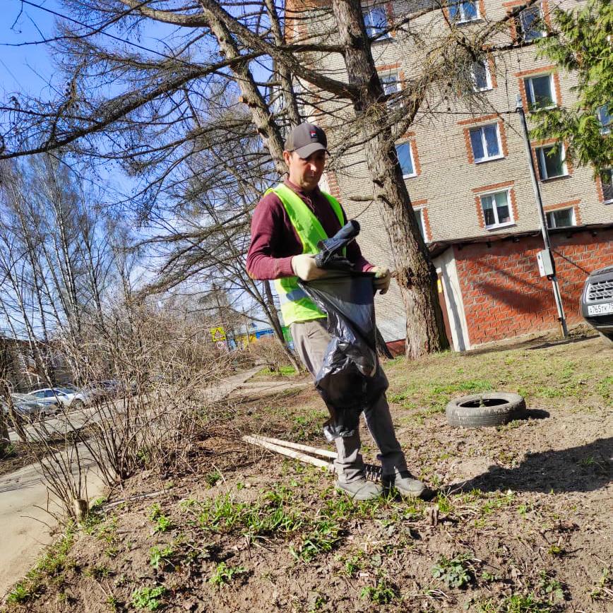Продолжаем уборку придомовых территорий