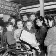 В бригаде Т.С. Сумаревой читают сводку Совинформбюро