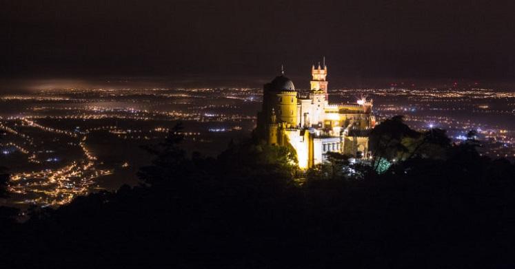 Vista do Palácio da Pena durante a noite