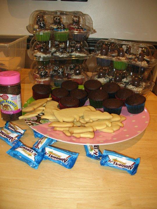 cupcakes-cookies-on-table.jpg