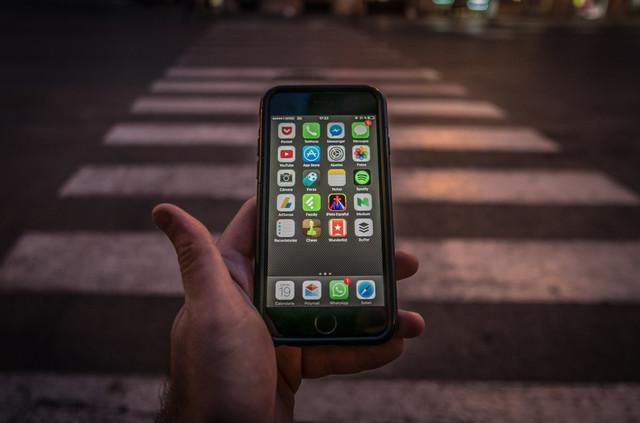 phone-danger-street-smartphone-mobile-technology-communication-dangerous-1193803-jpg-d
