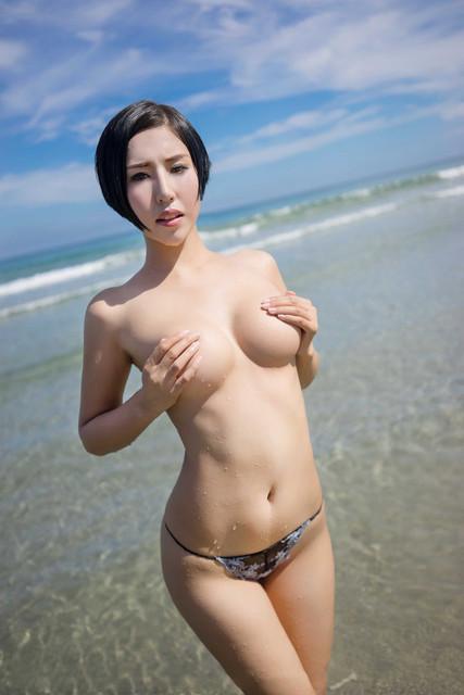 Foto Tante Semok Berbikini di Pinggir Pantai