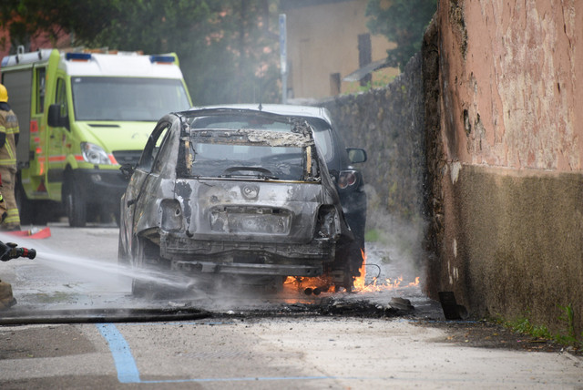auto-posteggiata-distrutta-dalle-fiamme-hsmn