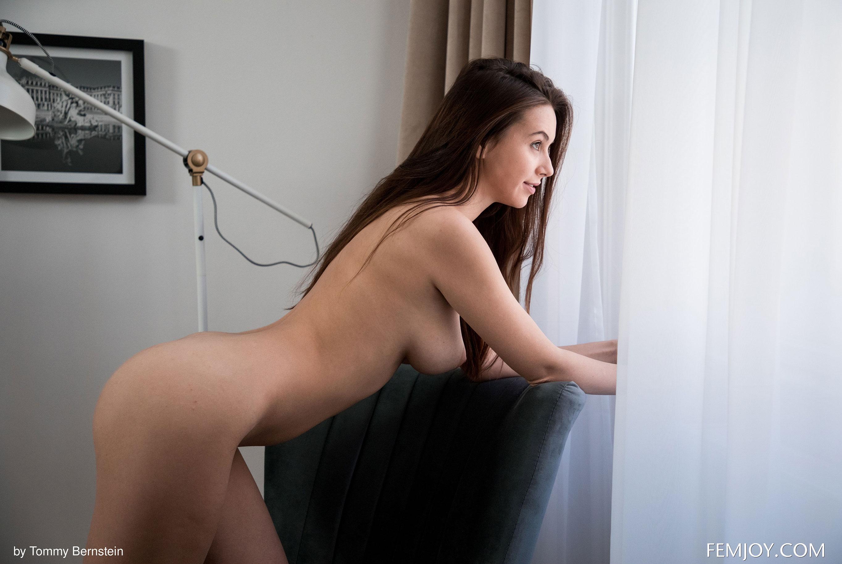 Навстречу новому дню - голая Алиса у окна / фото 04