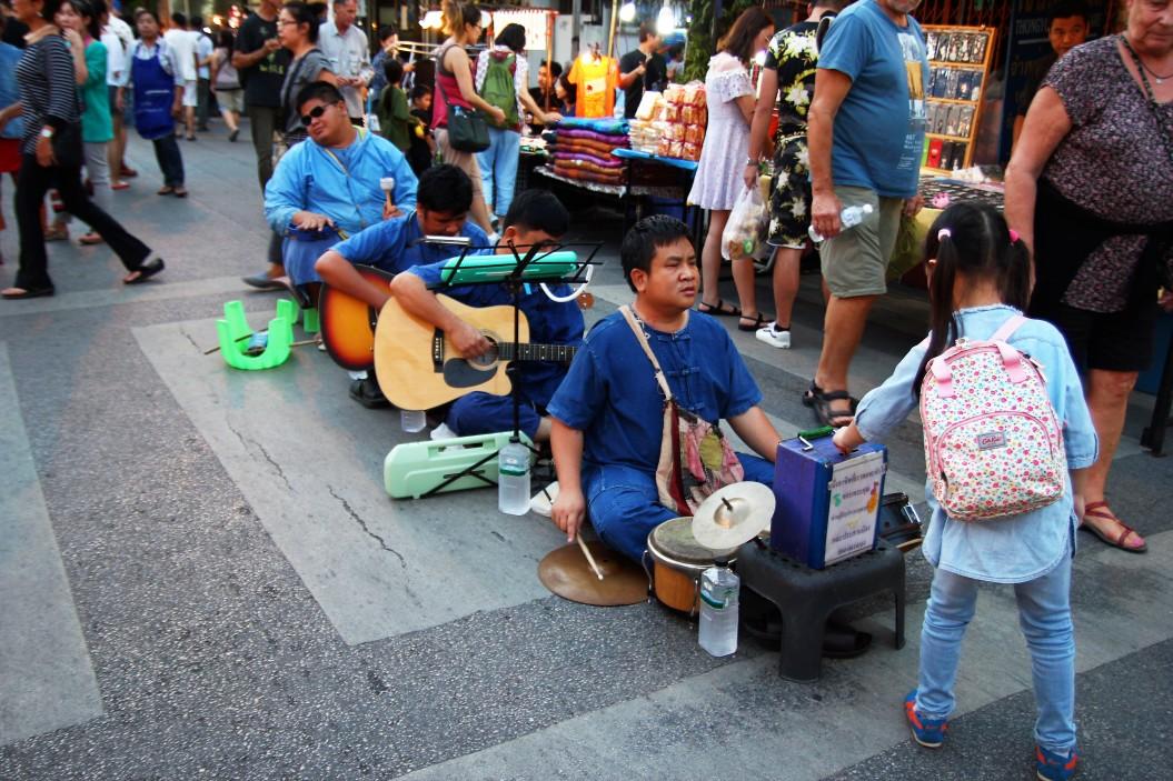 Tha-phae-walking-street-chiangmai