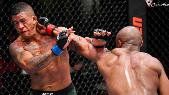 Menang KO, Wajah Lawan Berlumuran Darah, Pertahankan Sabuk Juara Dunia