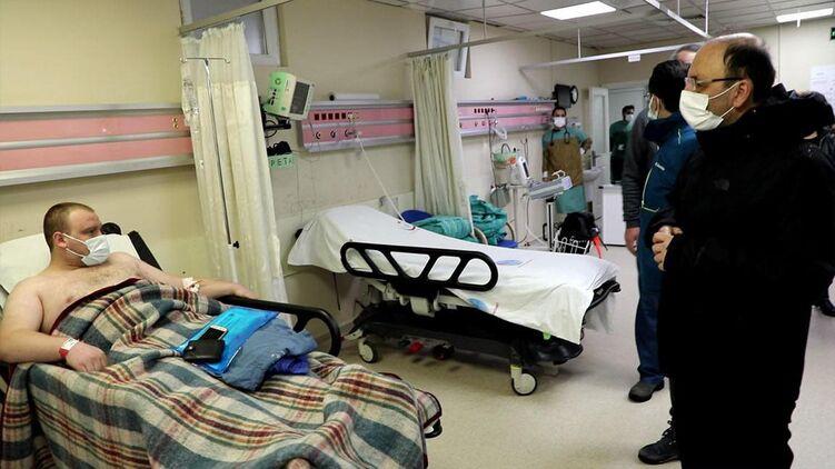 Шестеро спасенных украинцев -  в турецкой больнице.  Фото: Anadolu