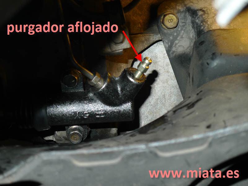 TUTORIAL DE COMO CAMBIAR EL EMPUJADOR HIDRAULICO DE LA LEVA DEL EMBRAGUE DEL MX-5/MIATA. 025