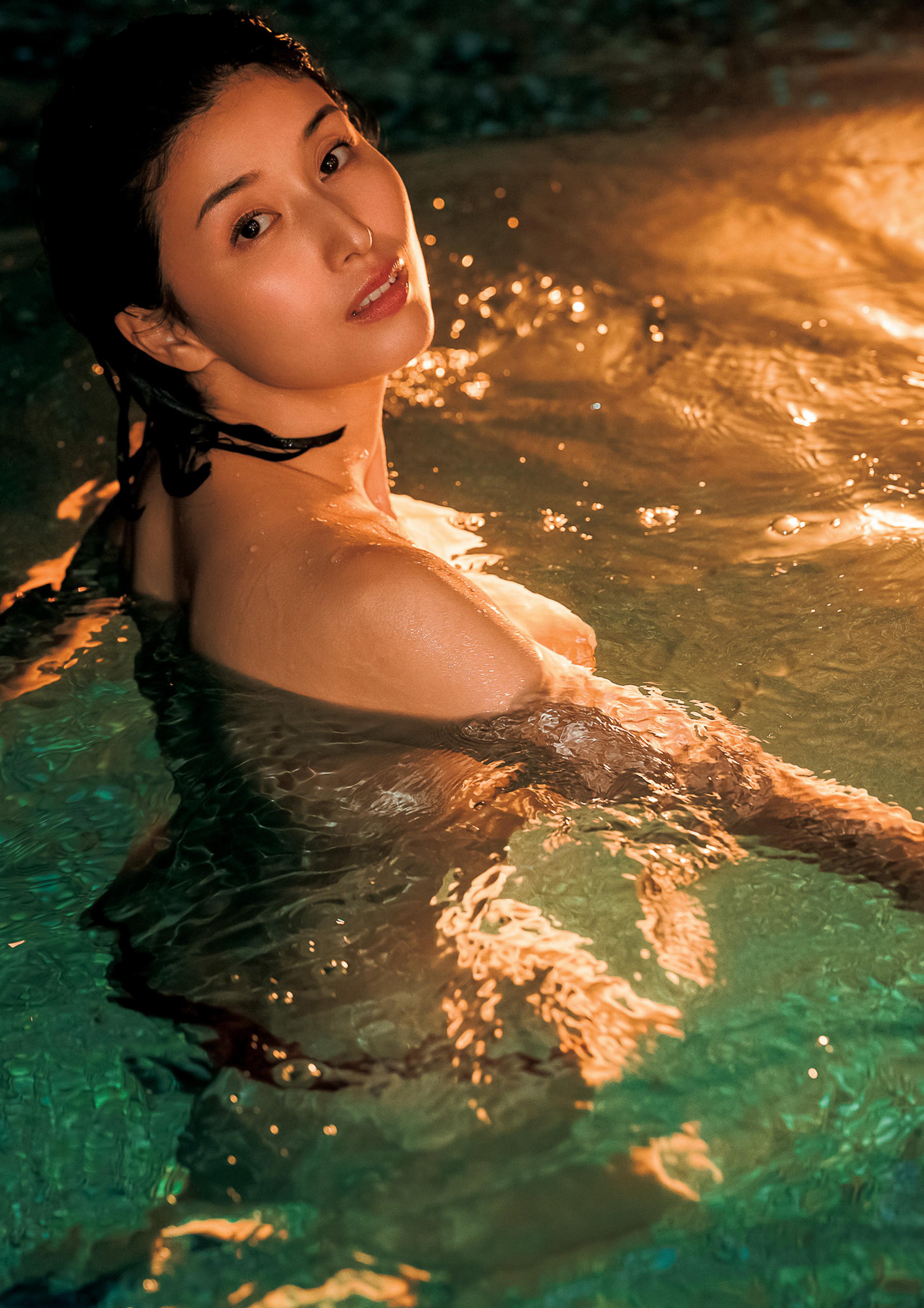 Hashimoto-Manami-db-hugging-in-Hawaii-066
