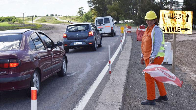 Una mujer se desempeña como banderillera en la obra de la autovía de Ruta Nº 18