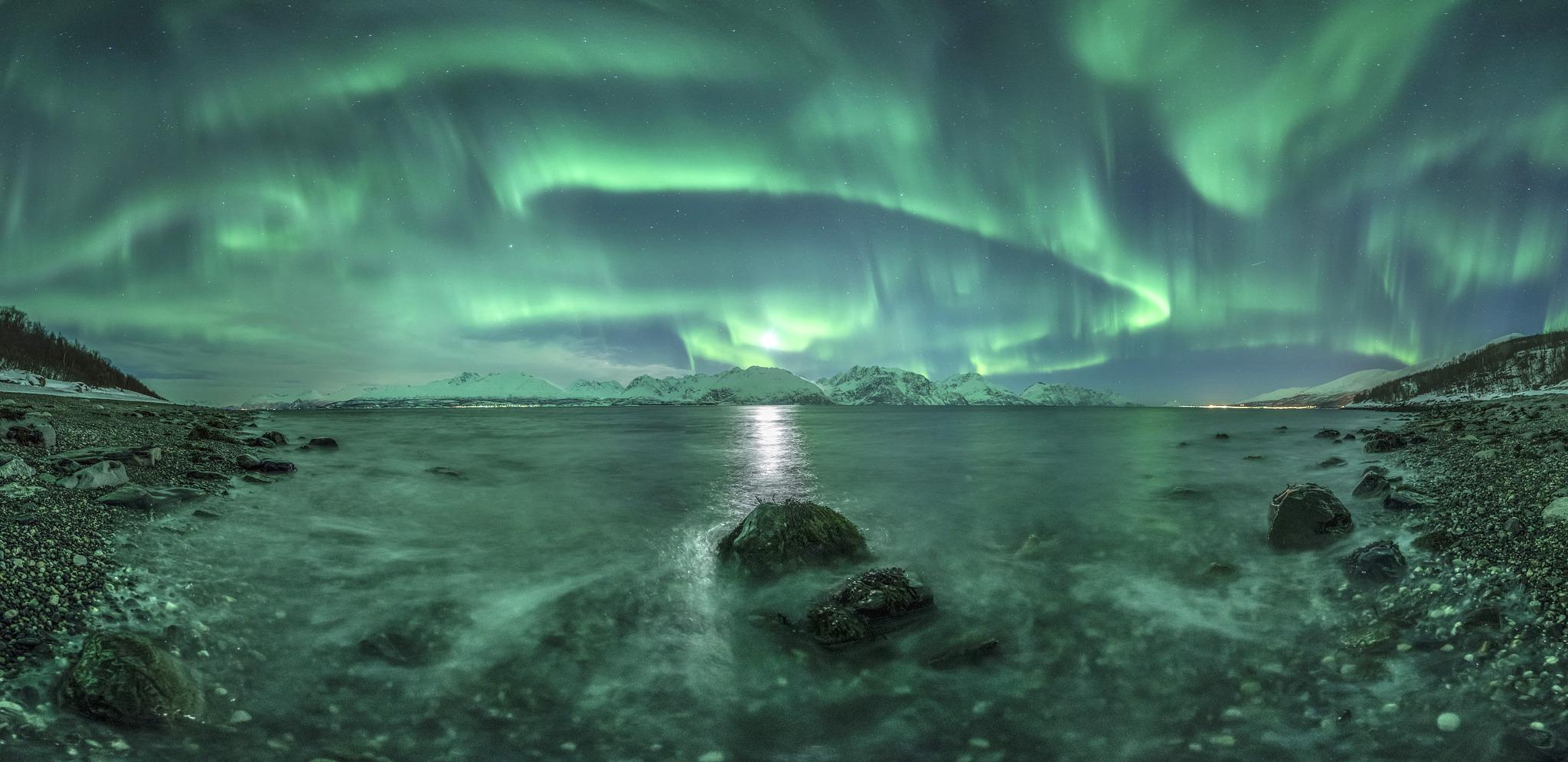https://i.ibb.co/Y2bm9BG/Aurora-Panorama-3-JROlsen-2048x995.jpg