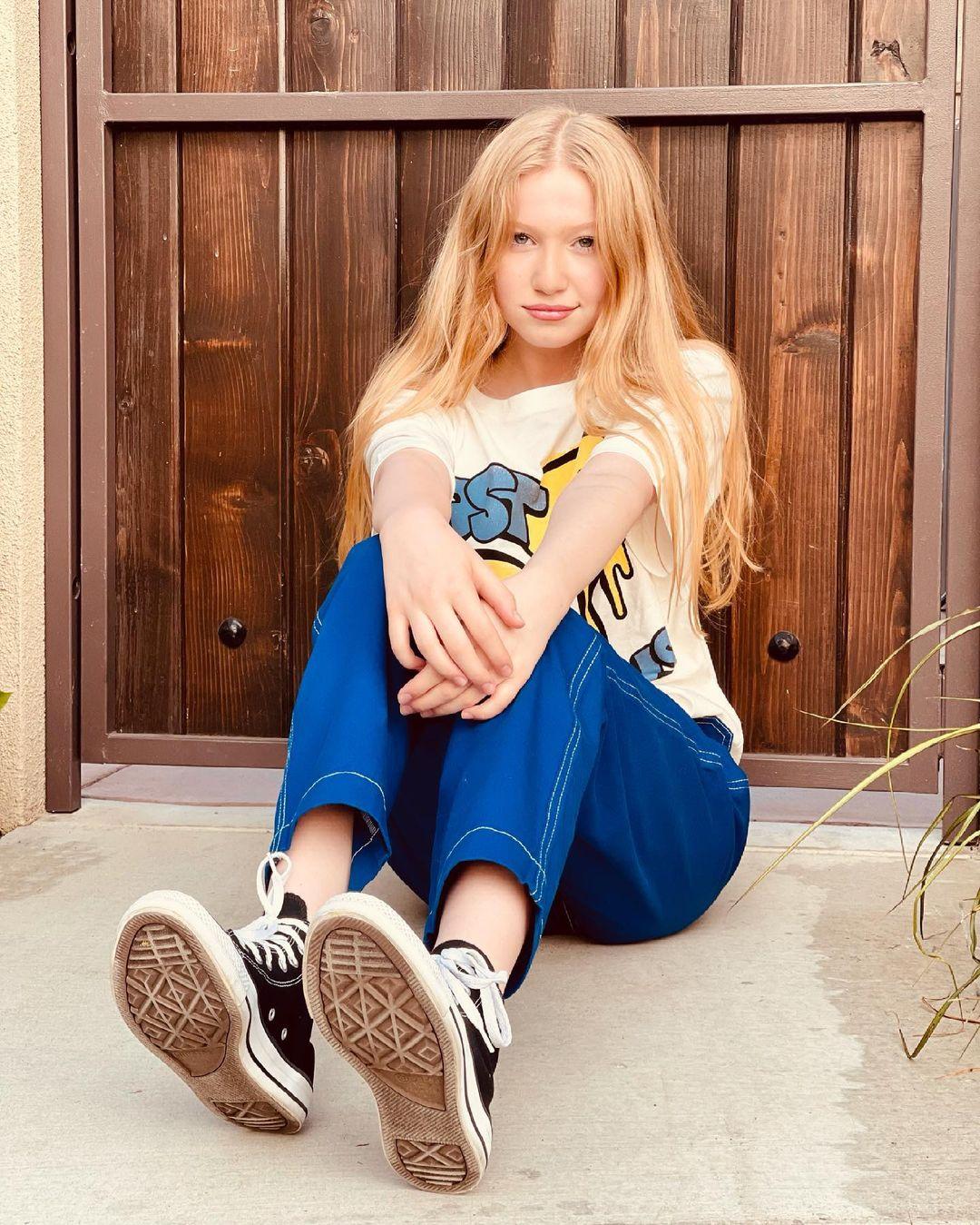 Abigail-Zoe-Lewis-Wallpapers-Insta-Fit-Bio-11