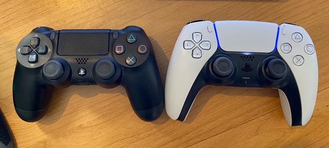 TGA主持人Geoff Keighley展示PS5 DualSense和Dualshock 4的對比。 Image