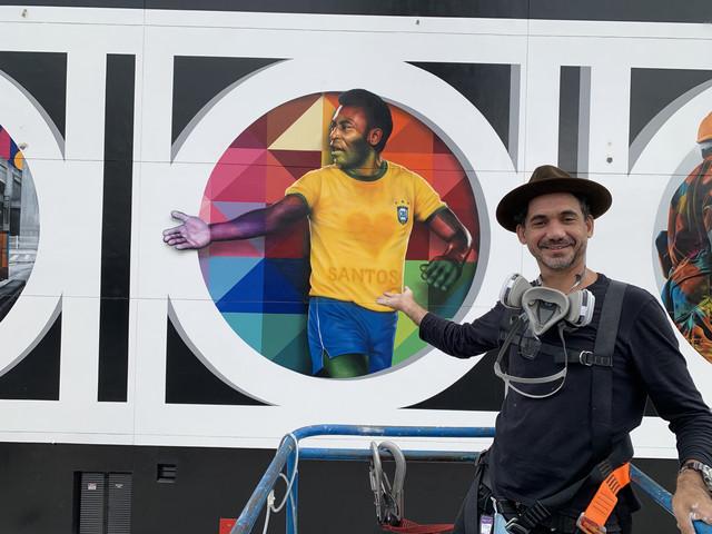 Eduardo-Kobra-em-frente-ao-mural-pouco-antes-de-dar-os-ultimos-retoques-credito-para-Marcos-Rafael-3