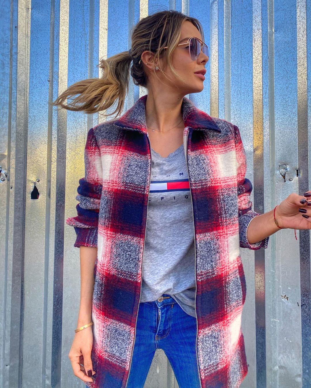Alejandra-Buitrago-Wallpapers-Insta-Fit-BIo-1
