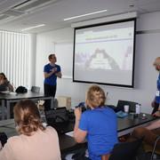Nokia schoolbezoek, de leerlingen kijken naar de start van een powerpointpresentatie