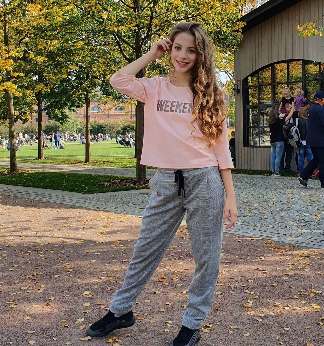 Anna-Gloss-Wallpapers-Insta-Fit-Bio-6