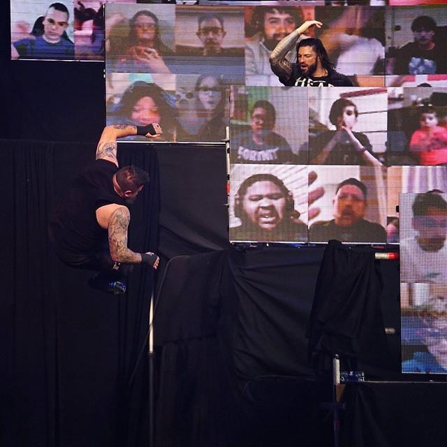 Kevin Owens cae sobre unas mesas lanzado por Roman Reigns desde ThunderDome