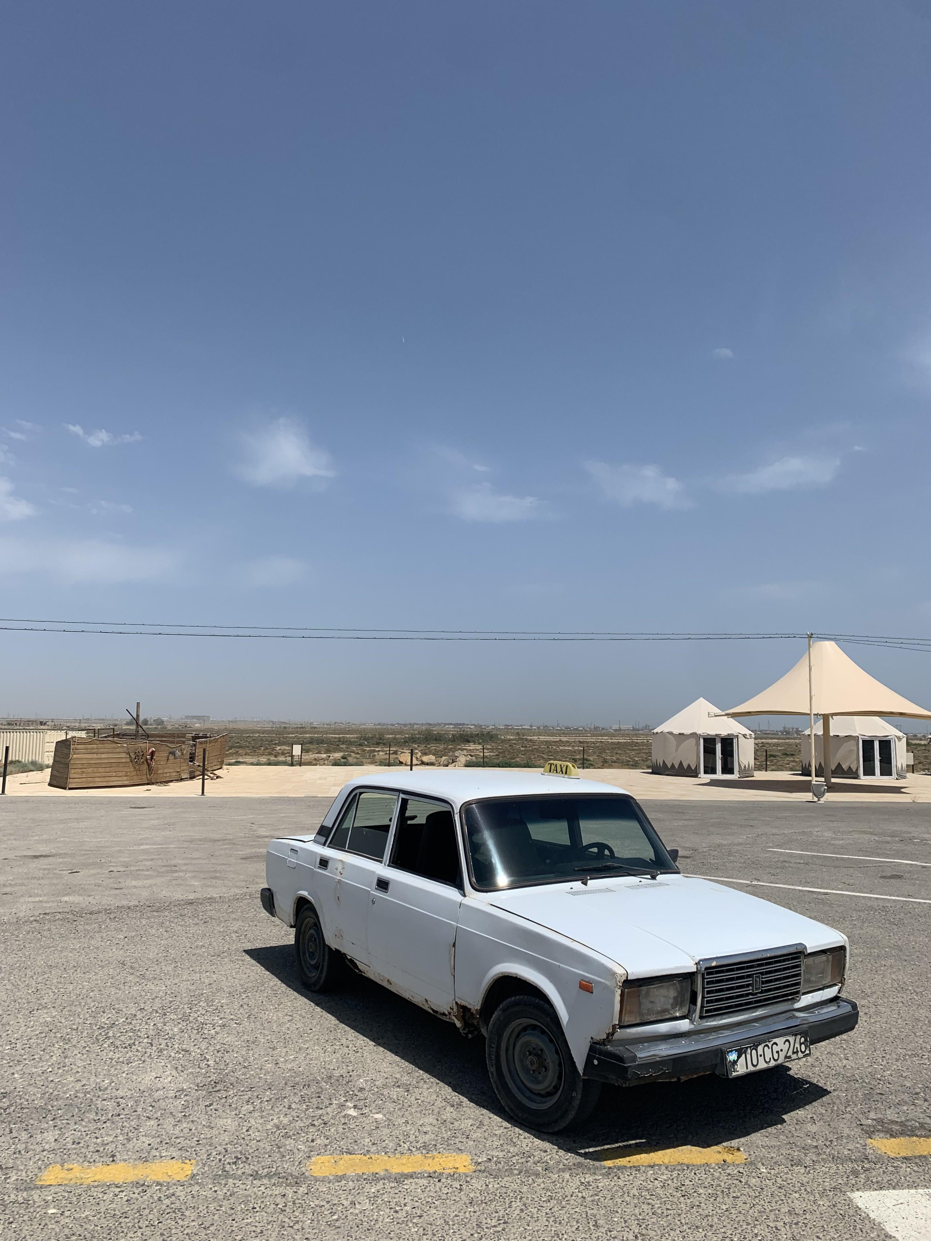 Azerbaycan'ın kültürel parklarından birini ziyaret eden Sovyet yapımı Lada marka bir otomobil. - Fotoğraf: Doğaç Özen