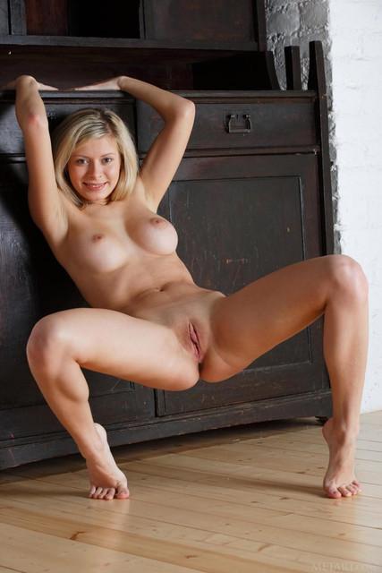 glamour-girls-legs-spread-wide