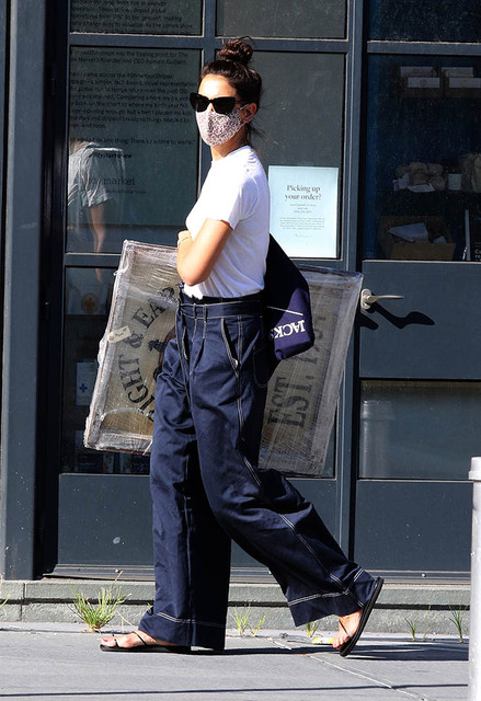 Katie-Holmes-is-seen-shopping-at-an-antique-store-and-buys-a-huge-225-antique-portrait-from-the-earl