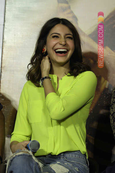[Image: anushka-sharma-launches-her-maiden-produ...otos-5.jpg]