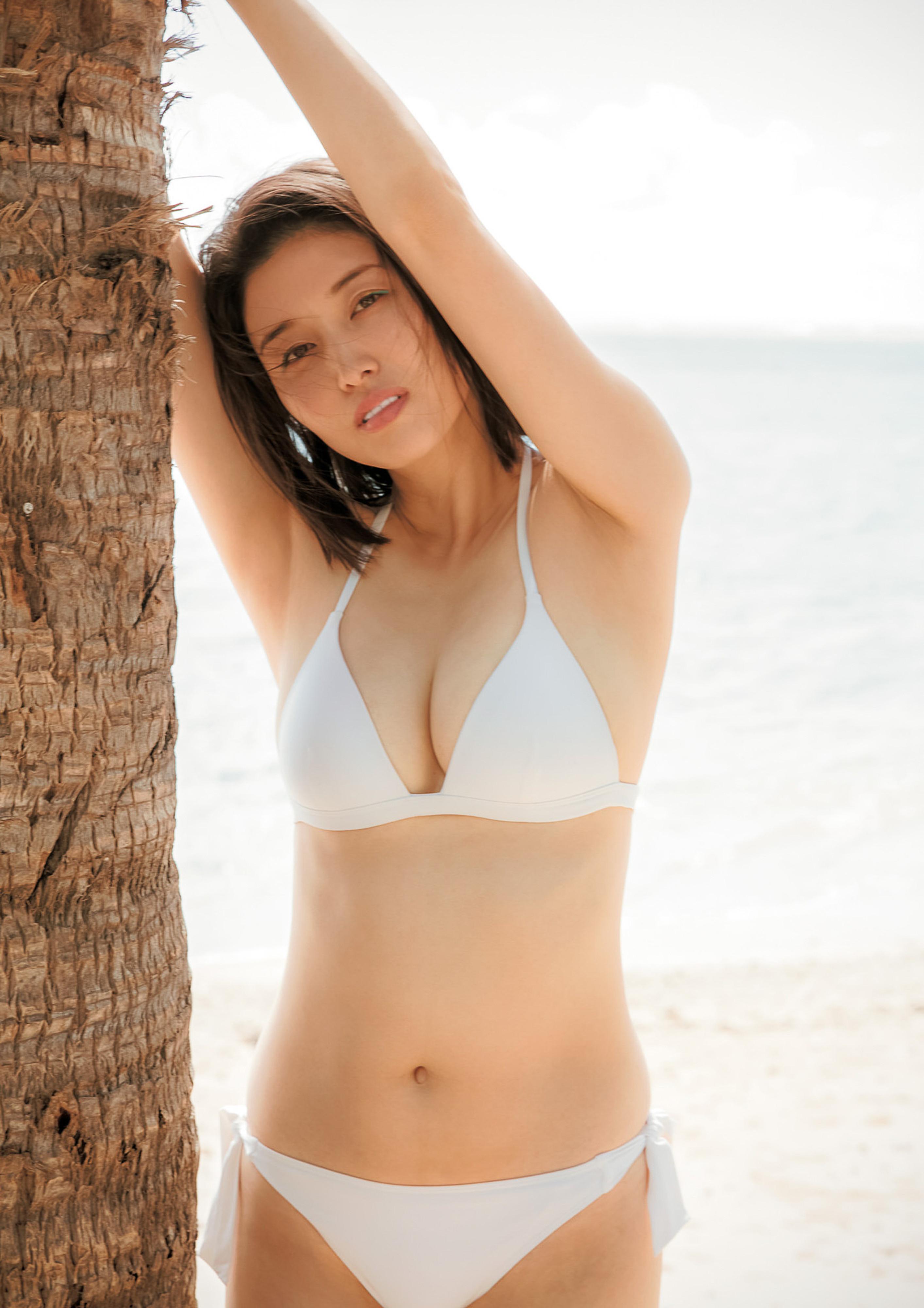 Hashimoto-Manami-db-hugging-in-Hawaii-160