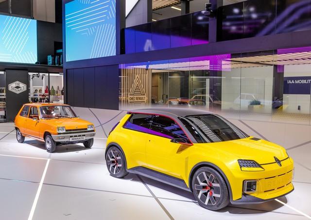 La Renault 5Prototype rencontre ses aïeules au salon de l'automobile de Munich Salon-IAA-de-Munich-2021-Renault-5-Prototype-et-Renault-5-4