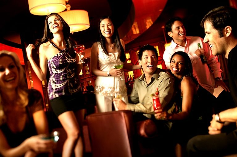 casino-party-people-crowd-dress-code-768x510
