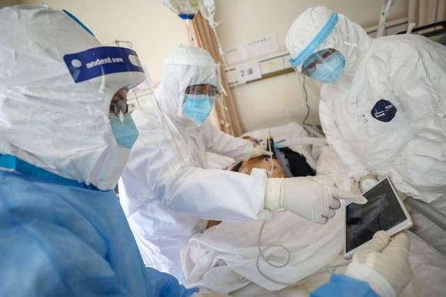 WUHAN-CHINA-FEBRUARY-16-2020-Medical-personnel-check-the-conditions-of-a-COVID-19-patient-in-a-hospi