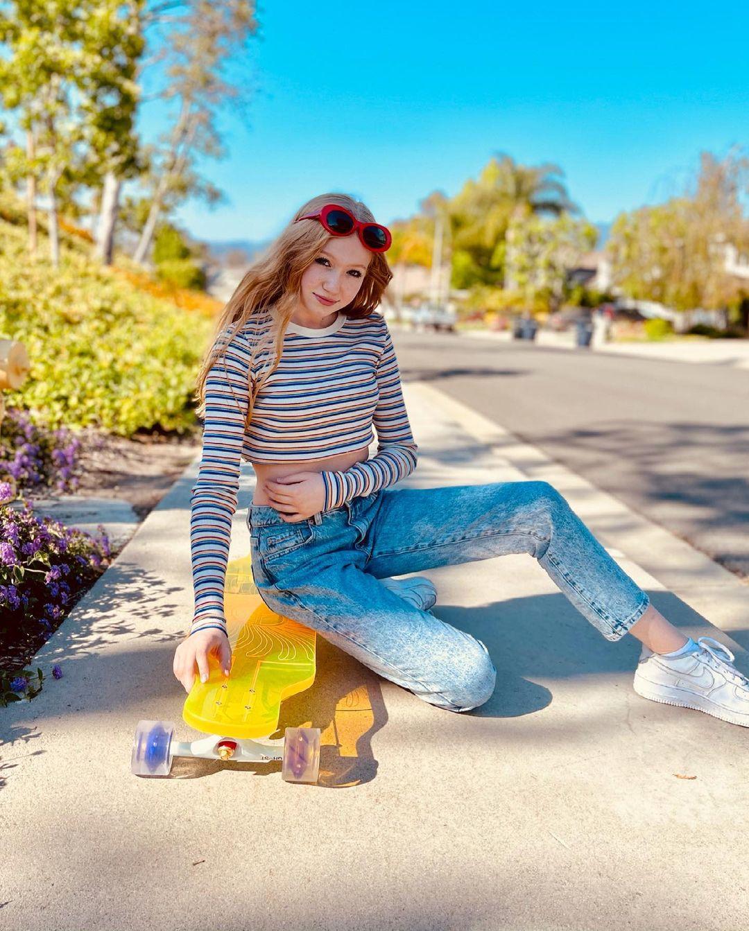 Abigail-Zoe-Lewis-Wallpapers-Insta-Fit-Bio-5