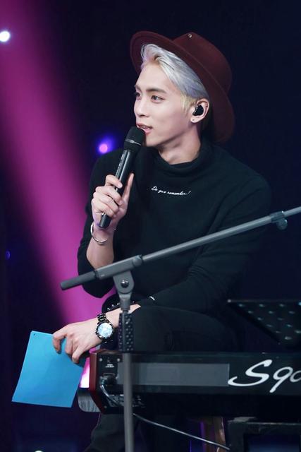 """Jonghyun canta """"U&I"""" e """"It's late"""" na Blue Night"""