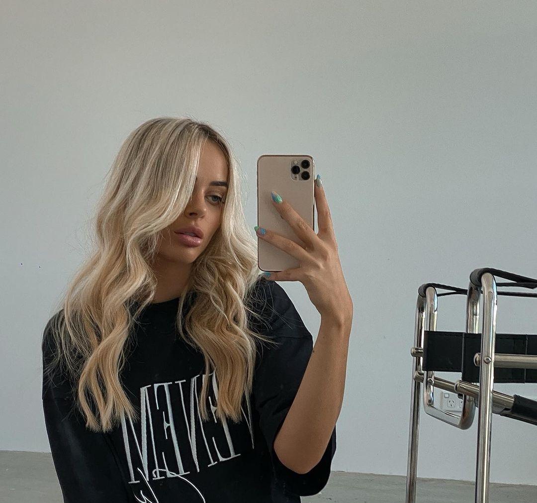 Emily-Davies-Wallpapers-Insta-Fit-Bio-17