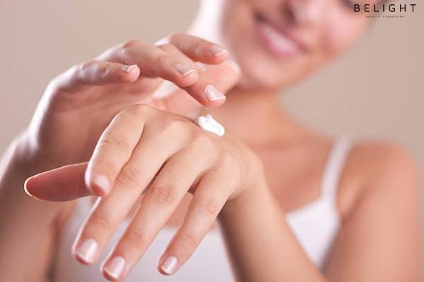 closeup-of-female-hands-applying-hand-cream