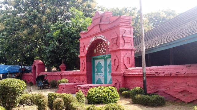 salah-satu-gerbang-utama-di-masjid-agung-sang-cipta-210711082604-278
