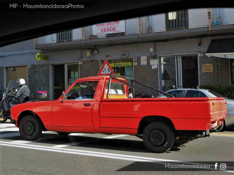 Veicoli commerciali e mezzi pesanti d'epoca o rari circolanti - Pagina 8 Peugeot-504-Pickup