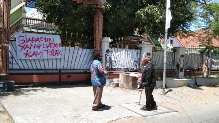 Anggota DPR RI Komisi X Fraksi PDIP Jimmy Demianus Ijie S dan Anggota DPR RI Komisi VI Fraksi Partai Gerindra, Steven Abraham saat tiba di depan Asrama Mahasiswa Papua di Jalan Kalasan, Surabaya, Rabu (21/08/2019).
