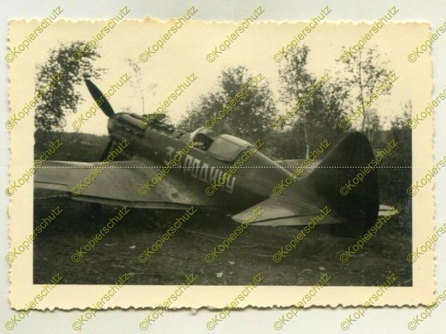 Foto-Wehrmacht-Beute-russisches-Jagdflugzeug-mit-Aufschrift-Russland-1