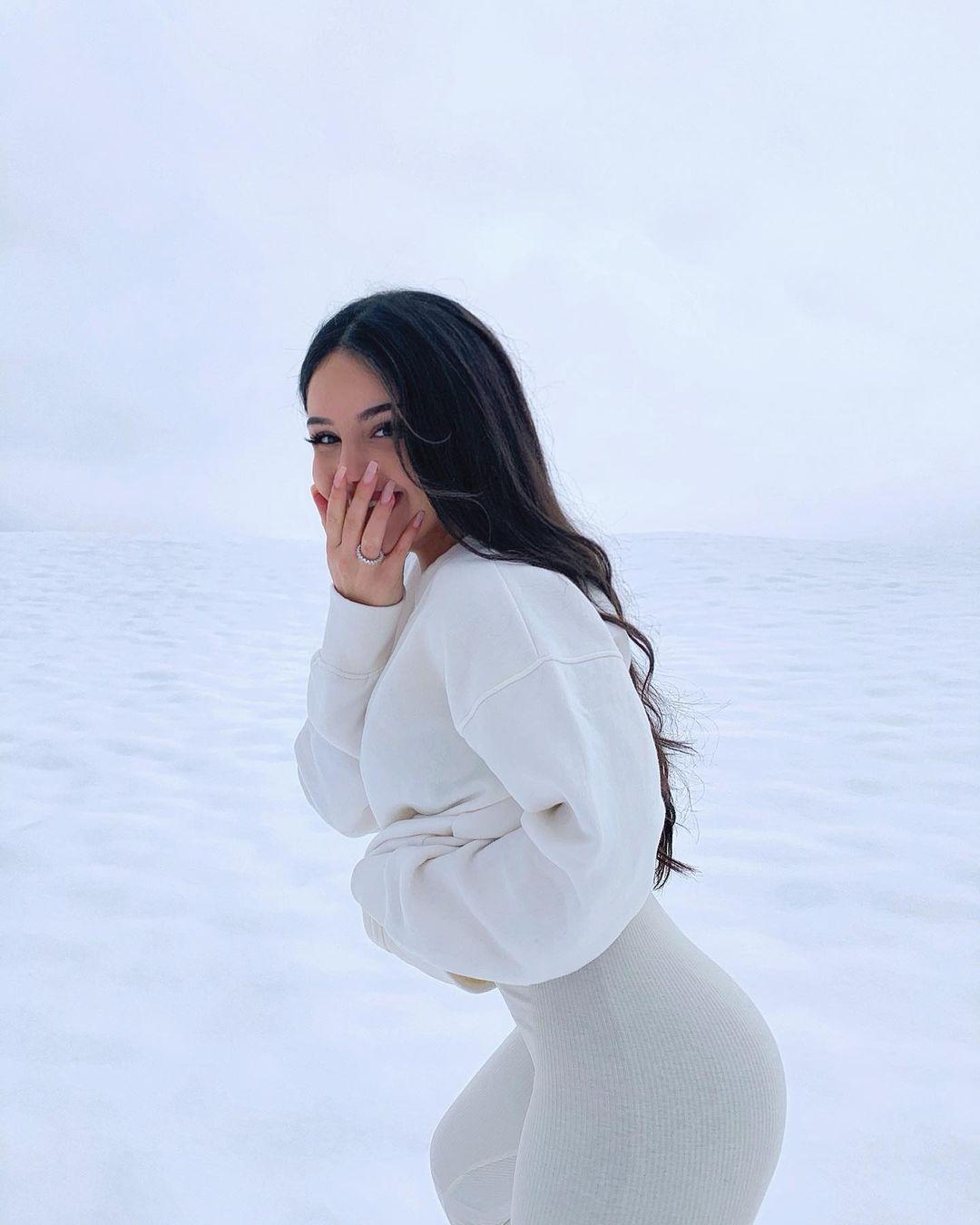 Leyla-Melina-Wallpapers-Insta-Fit-Bio-38