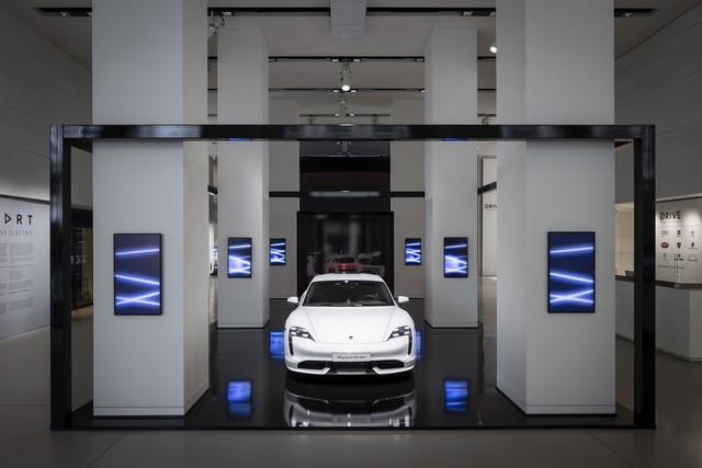 Porsche inaugure l'exposition « Porsche - Pionnier de la mobilité électrique» à Berlin  S20-3089-fine